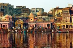 Pictures of Mathura Ghats and Temples Near Ghats Images    http://www.hoparoundindia.com/uttar-pradesh/city-guides/mathura.aspx#