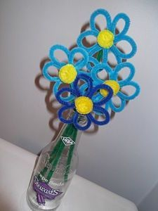 How to Make Pipe Cleaner Flowers. Pipe cleaner flowers provide all the beauty and color of real flowers without the pesky bees. They look adorable in old, glass soda bottles and fit perfectly on. Pipe Cleaner Projects, Pipe Cleaner Art, Crafts With Pipe Cleaners, Crafts To Do, Crafts For Kids, Pipe Cleaner Flowers, Girl Scout Swap, Daisy Girl Scouts, Girl Scout Crafts