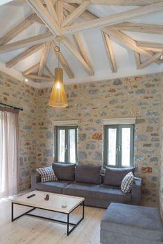 plafond poutre apparente -blanchie-canapé-gris-plancher-bois-blond