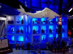 PECES PESADILLA Hemos trabajado en la reforma del restaurante Némesis (Barcelona) para Pesadilla en la cocina del chef Alberto Chicote. In Design we Trust nos encargó el diseño de tres peces para la decoración. Inspirados en la técnica del origami, elaboramos tres lámparas-pez en papel pergamino de 90, 120 y 150 cm de largo. Autoiluminados y colgados del techo, los peces parecen flotar en el interior del barco y el comensal se siente inmerso en el mundo marino. #diseño #lampara #papel…