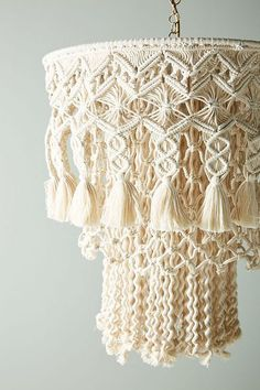 Macrame is on trend & a macrame light, be it a macrame cord, a macrame DIY or macrame chandelier are great options! 18 macrame lights to buy + 5 to DIY! Macrame Design, Macrame Art, Macrame Projects, Macrame Knots, Diy Chandelier, Macrame Patterns, Weaving, Crafts, Inspiration