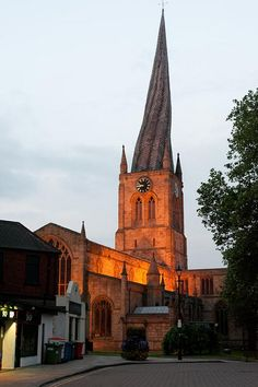 """""""Crooked Spire"""" of Church of Saint Mary and All Saints, Chesterfield, Derbyshire, England Places In England, Chesterfield Derbyshire, Peak District, Chapelle, Place Of Worship, English Countryside, England Uk, Kirchen, Campinas"""