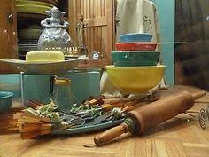 Vintage Kitchen Stuff Window Displays, Kitchen Stuff, Vintage Kitchen, Store Windows, Cuisine Vintage, Shop Displays, Shop Windows, Vintage Stove