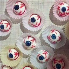 Gruselige Augen für Halloween - ein schneller Snack #Halloween Party , halloween food ideas for kids, halloween essen, halloween party, http://de.allrecipes.com/rezept/15888/hartgekochte-eier-als-augen.aspx