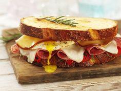Goddelijk broodje met salami, kaas, paprika & ei.