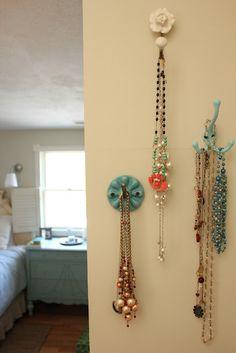 Pretty vintage-style hooks to display jewelery Jewelry Hooks, Hanging Jewelry, Jewellery Storage, Jewellery Display, Jewelry Organization, Easy Crafts, Diy And Crafts, Vintage Hooks, Necklace Storage