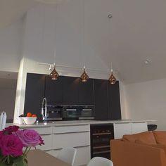 Instagram photo by malogflis - Finish bilde av malerarbeid av kjøkken. Listefritt og slette flater. #kjøkken#minimalistisk#skaler#arkitekt#maler#malerarbeid#listefritt#fashion#design#interiør#ålesund#aalesund