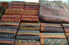 Arte ancestral nos acessórios bordados pelas indígenas da Amazônia peruana - Nas Entrelinhas Gift Wrapping, Gifts, Vivid Colors, Wallets, Luxury, International Day Of, Culture, Bags, Clothing