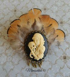 Broche pince à cheveux camée catrina plumes : Broche par mimischka Etsy, Feathers, Unique Jewelry