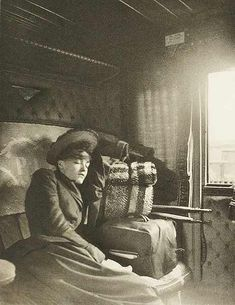 napping while traveling, Gui de la Bretonniere, on the train, Exposition d'Art Photographique Vintage Pictures, Old Pictures, Old Photos, Rare Photos, Willy Ronis, Historischer Roman, Photo Vintage, Ecole Art, Old Trains