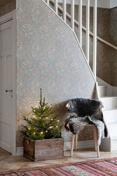 A hygge Christmas decoration in the old Swedish farm - PLANETE DECO a homes world Christmas Mood, Noel Christmas, Rustic Christmas, Simple Christmas, All Things Christmas, Christmas Crafts, Christmas Stairs, Hygge Christmas, Christmas Design