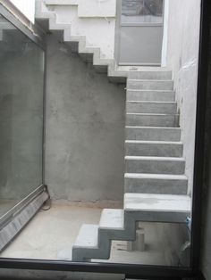 How to choose and buy a new and modern staircase – My Life Spot House Main Door Design, Home Stairs Design, House Design Photos, Interior Stairs, Balcony Design, Bungalow Haus Design, Duplex House Design, L Shaped Stairs, Kitchen Under Stairs