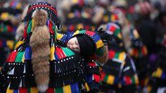"""Le foto del giorno - Un bambino addormentato sulle spalle del padre durante la parata dei """"buffoni"""" che si tiene ogni tre anni a Elzach, in Germania"""