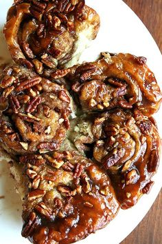 From the Artisan Bread in Five Minutes a Day cookbook, these sticky pecan caramel rolls are a definite crowd pleaser. Looking for a Labor Day Weekend morning treat? A delectable recipe! Pecan Rolls, Cinnamon Rolls, Brunch, Caramel Rolls, Caramel Pecan, Sticky Buns, Sticky Rolls, Good Food, Yummy Food