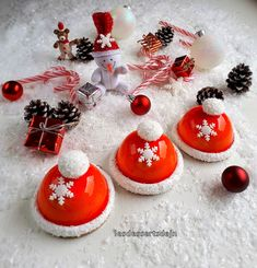 The Christmas cap - JN's desserts - Holiday Vibes Christmas Sweets, Christmas Candy, Christmas Cookies, Christmas Time, Christmas Bulbs, Entremet Recipe, Magnum Paleta, Cookie Exchange, Cookie Desserts