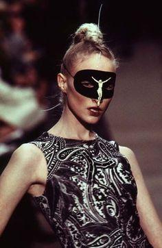 Alexander McQueen - Ready-to-Wear - Runway Collection - Women Fall / Winter 1996 #alexandermcqueenreadytowear #alexandermcqueenrunway