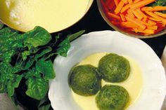 Barbara Rütting zeigt uns mit diesem Rezept, dass Semmelknödel auch vegan hervorragend schmecken. Diese Variante mit Spinat ist besonders fein. Barbara Rütting, Palak Paneer, Entrees, Nom Nom, Veggies, Breakfast, Ethnic Recipes, Food, Drinks
