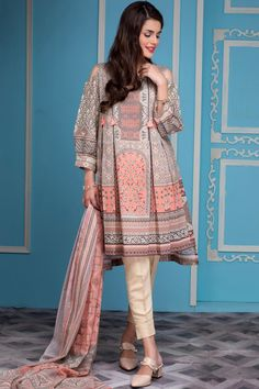 Zeen Spring Lawn Collection 2018 is part of Frock fashion - Zeen Presenting Spring Lawn Collection 2018 Chic designs with innovative stitching ideas Zeen going to launch latest summer lawn collection Simple Pakistani Dresses, Pakistani Fashion Casual, Pakistani Dress Design, Pakistani Outfits, Indian Outfits, Pakistani Lawn Suits, Pakistani Models, Pakistani Designers, Indian Dresses