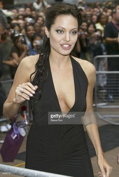 Angelina Jolie arrives at the premiere of 'Lara Croft Tomb Raider: The Cradle Of Life' at the Empire Cinema Leicester Square on August 2003 in London. Hollywood Heroines, Hollywood Actresses, Lara Croft, Angelina Jolie Makeup, Angelina Movie, Hot Brunette, Thing 1, Most Beautiful Women, Leicester Square