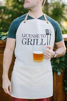 He encontrado este interesante anuncio de Etsy en https://www.etsy.com/es/listing/233457781/apron-license-to-grill-present-grilling