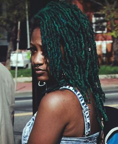 Septum piecing and green hair. Short Locs Hairstyles, Side Swept Hairstyles, Hairstyles Pictures, Simple Hairstyles, Men's Hairstyle, Hairstyles 2018, Summer Hairstyles, Medium Hair Styles, Curly Hair Styles