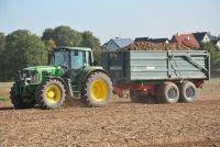 """Am Samstag haben speziell geschulte Beamte der Polizeiinspektion Cloppenburg/Vechta im Cloppenburger Stadtgebiet Kartoffeltransporte kontrolliert. Von den insgesamt sechs überprüften Gespannen hielt sich keiner an die gesetzliche Höchstgrenze von 40.000 kg, so die Polizei.  Spitzenreiter war ein 17-Jähriger aus Diepholz, der sein landwirtschaftliches Gespann nicht """"nur"""" mit knapp 48.000 kg überladen, sondern auch nicht die nötige Fahrerlaubnisklasse vorweisen konnte. Der 17-Jährige ist…"""