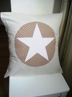 Das wunderschöne Kissen wurde aus beigem Vichy-Karostoff genäht. Die Applikation besteht aus einem beigen Kreis mit kleinen weißen Punkten und einem großen weißen stern. Von meinkaro.de