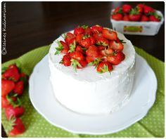 Vanilleböden kombiniert mit einer Creme aus Mascarpone und frischen Erdbeeren. Der absolute Sommergenuss als Torte. Sehr lecker!