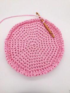 Crochet for beginners: So you can crochet a basket AND a bag - . Crochet for beginners: So you can crochet a basket AND a bag – crochet – crochetbags Bag Crochet, Crochet Handbags, Crochet Hats, Beaded Crochet, Blanket Crochet, Knitting Socks, Baby Knitting, Crochet Hat For Beginners, Beginner Crochet