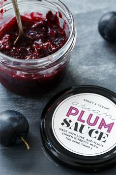 A #recipe for Homemade Asian Plum Sauce (plus FREE printable labels for your jars!)