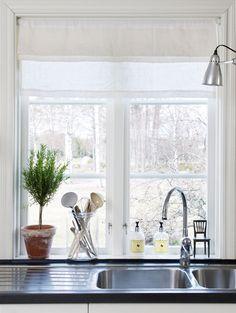 ventana y la mesada de acero para escurrir platos