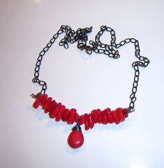 Collier avec des corail et une goutte en howlite rouge vif