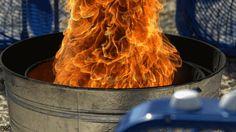 In folgendem Video von Gav und Dan, den Slow Mo Guys, können wir in Superzeitlupe die Kombination von Wind und Feuer beobachten, wie sie zusammen zu einem wirbelnden Strudel aus Flammen werden