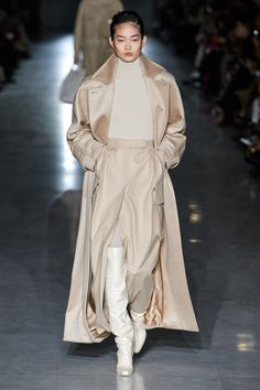 The complete Max Mara Fall 2019 Ready-to-Wear fashion show now on Vogue Runway. Max Mara Fall 2019 Ready-to-Wear Fashion Show - Max Mara Fall 2019 Ready-to-Wear Fashion Show Collection: See the complete Max Mara Fall 2019 Ready-to-Wear collection. Look 6 Fashion Weeks, Fashion 2020, New York Fashion, Runway Fashion, Fashion Fashion, Fashion Women, Milan Fashion, Latest Fashion Trends, Fashion Online