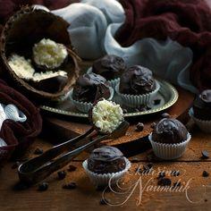 """Сочная мякоть кокоса в горьком шоколаде – просто, как и всё гениальное. А ещё и очень вкусно! Попробуйте приготовить конфеты """"Баунти"""" своими руками - и вам больше не захочется покупать их в магазине"""
