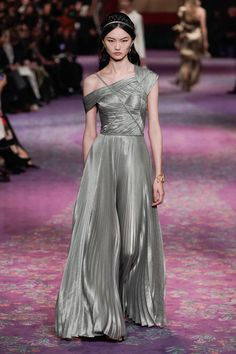 The complete Christian Dior Spring 2020 Couture fashion show now on Vogue Runway. Dior Haute Couture, Couture Christian Dior, Haute Couture Looks, Style Couture, Christian Lacroix, Christian Siriano, Dior Fashion, Fashion Week, Paris Fashion
