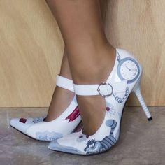 """Zapatos pintados a mano con detalles de """"Alice in Wonderland"""""""