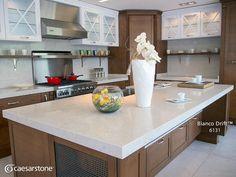 La cubierta Bianco Drift™ como la de esta isla embellece cualquier espacio y continúa con la tendencia de tonos blancos en cocinas. Además, las superficies Caesarstone son altamente resistentes las manchas y éstas son muy fáciles de eliminar. Por esto somos los únicos en México que ofrecemos una garantía de por vida en nuestros productos. #caesarstone #caesarstonemx #cocinas #cocinasmodernas #tendencias #tendencias2016 #ideas #ideasparalacasa #islasdecocina #cuarzo #cubiertasdecuarzo…