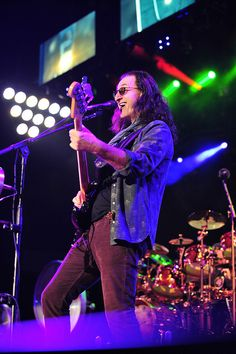Rush - Geddy Lee, by far my all time favorite Canadian band, would say city and colour, but that's technically a solo act Music Is Life, My Music, Music Lyrics, Drum Music, Great Bands, Cool Bands, Rush Geddy Lee, Hard Rock, Heavy Metal