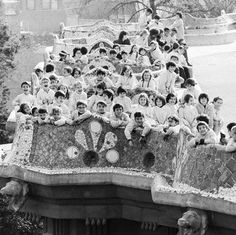 School kids during their break in the Park Güell in a sympathetic picture taken by Francesc Català Roca. Parc Guell, Chief Architect, Antoni Gaudi, Modern Buildings, Old Pictures, Facade, Catholic, City Photo, Cathedral