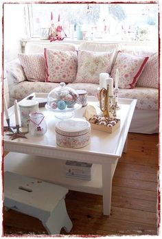 Shabby chic living room couch is great Shabby Chic Pink, Vintage Shabby Chic, Shabby Chic Homes, Shabby Chic Style, Shabby Chic Decor, Rustic Decor, Cottage Chic, Shabby Cottage, Shabby Chic Living Room