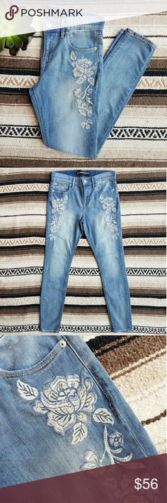 """Express // Embroidered Jean Legging New with out tags!  Express Midrise Embroidered Jean Legging  Size 6 Retail Value $88  Light wash denim Creamy white and blue flower stitching  Inseam 30"""" Rise 9.5"""" Waist 15.25"""" flat across  98% Cotton, 2% Elastane Express Jeans Skinny"""
