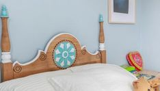 ¡Pintamos un cabecero antiguo de blanco y azul turquesa! Toddler Bed, Lounge, Couch, Furniture, Home Decor, Youtube, Ideas, Blue Nails, White People