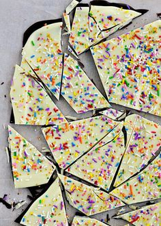 Galletas de chocolate con sprinkles / Cake Batter & Sprinkle Bark by Sweetapolita Candy Recipes, Sweet Recipes, Dessert Recipes, Just Desserts, Delicious Desserts, Yummy Food, Yummy Treats, Sweet Treats, Cupcakes