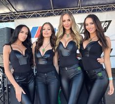 Soft and shiny. Shiny Leggings, Leggings Are Not Pants, Jean Sexy, Monster Energy Girls, Tight Leather Pants, Promo Girls, Leder Outfits, Look Girl, Grid Girls
