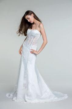 Un jour unique avec la magnifique robe Caldenia à partir de 399€ ! #dress #white  #woman #femme #shoot #shooting #model #mode #fashion #tati #inspiration #mariage #wedding