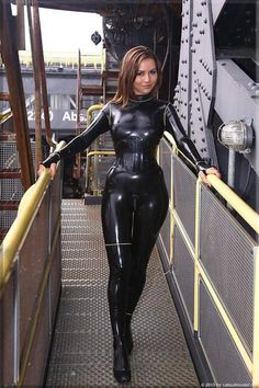 Sexy brunette Katya in black latex catsuit in public Sexy Latex, Latex Wear, Latex Corset, Mode Latex, Latex Lady, Jumpsuit Dressy, Leder Outfits, Latex Catsuit, Latex Girls