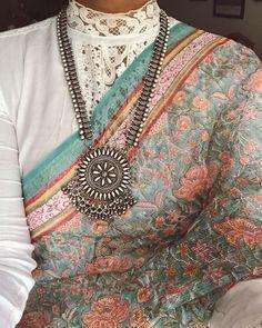 No photo description available. Sari Blouse Designs, Fancy Blouse Designs, Saree Draping Styles, Saree Styles, Indian Wedding Outfits, Indian Outfits, Banarsi Saree, Lehenga, Floral Print Sarees