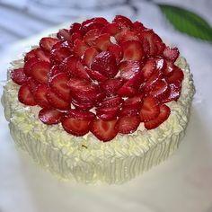Kesän ensimmäinen mansikkakakku  #strawberrycake #food #foodie #foodlover #baking #cake #strawberry
