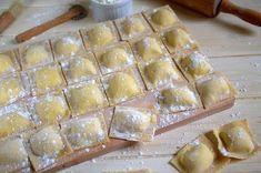 Ingrédients: Pour 30 à 50 raviolis selon la taille: La pâte à raviolis: 200 g de farine 2 oeufs 1 pincée de sel 1 filet d'huile d'olive La farce au fromage: 250 g de ricotta 80 à 100 g de parmesan râpé 1 oeuf sel et poivre du moulin 1 càc d'origan séché Préparation:...